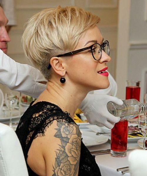 10 super coole kurze Frisuren, die die Frau mit der Brille inspirieren!